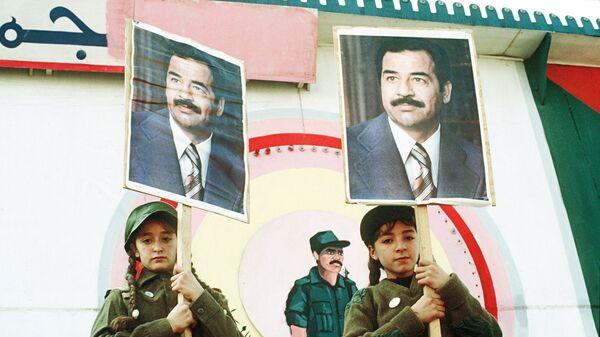 Иракские девочки с портретами президента страны Саддама Хусейна во время антиамериканской демонстрации у посольства США в Багдаде в знак протеста против военных действий в Персидском заливе