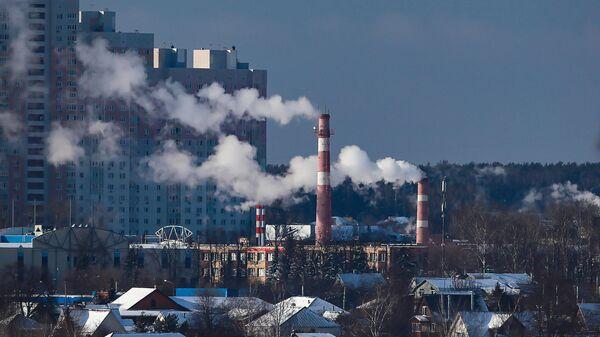 Дым из труб ТЭЦ в микрорайоне Южный в Красногорске