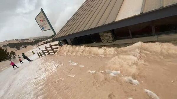 Песочный дождь прошел над горнолыжным курортом в Пиренеях