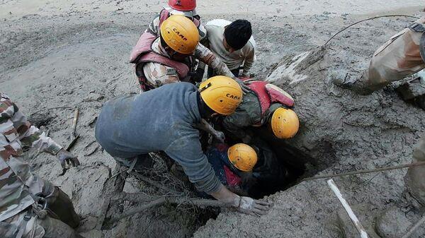 Спасатели во время схода ледника на дорогу в деревне Рени в районе Чамоли штата  Уттаракханд