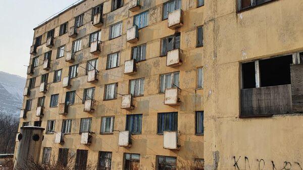Аварийный дом в городе Дальнегорске на улице Рабочая