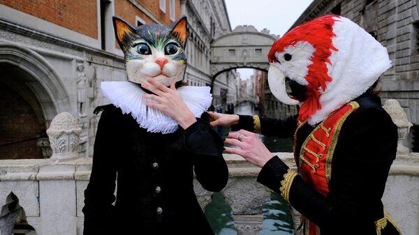 Люди в карнавальных масках и костюмах во время ежегодного Венецианского карнавала, который был отменен в этом году из-за пандемии коронавирусной инфекции в Венеции, Италия