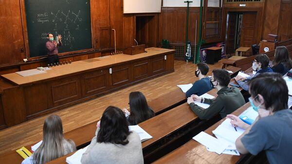 Преподаватель во время лекции в аудитории МГУ