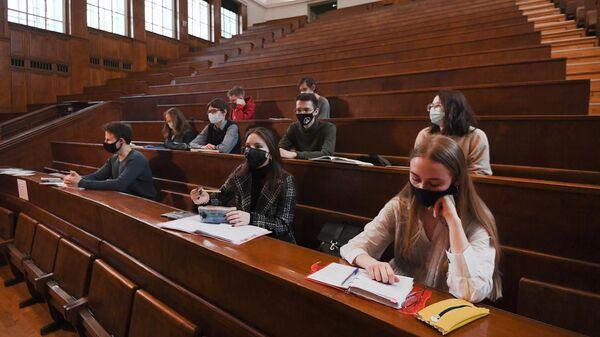 Студенты во время лекции в аудитории МГУ