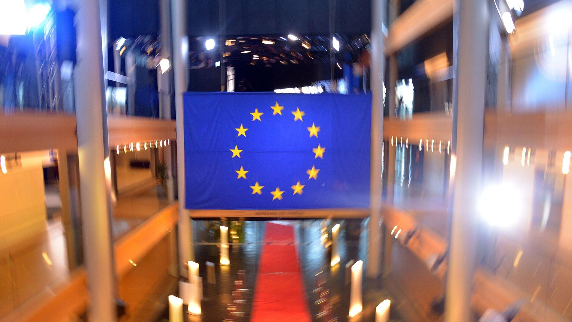 Флаг Евросоюза в главном здании Европейского парламента в Страсбурге - РИА Новости, 1920, 19.04.2021