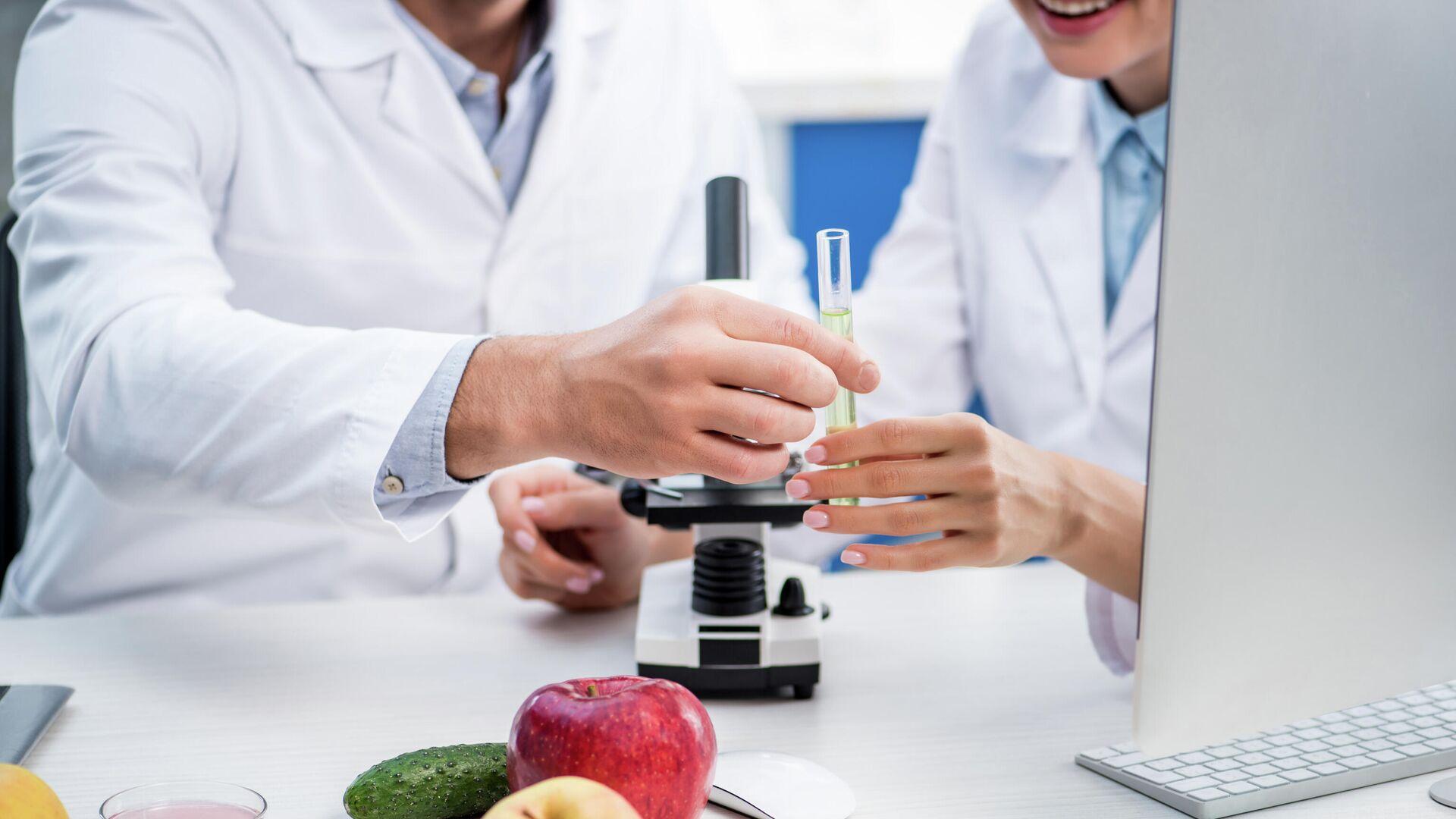 Врачи во время изучения молекулярных свойств продуктов питания - РИА Новости, 1920, 11.02.2021