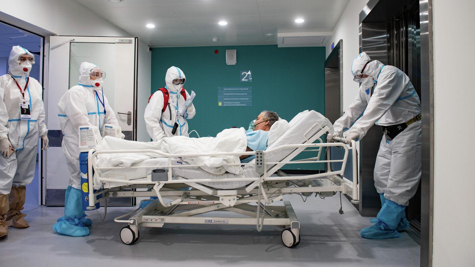 Медработники перевозят пациента в городской клинической больнице №40 в Москве - РИА Новости, 1920, 10.02.2021