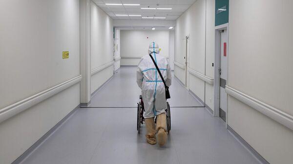 Медик и пациент в приемном отделении городской клинической больницы