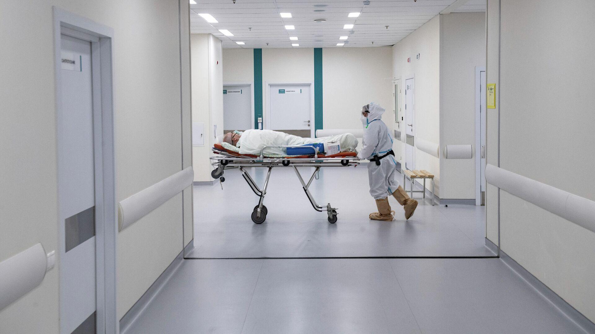Врач перевозит пациента в городской клинической больнице №40 в Москве - РИА Новости, 1920, 11.02.2021