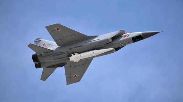 Многоцелевой истребитель МиГ-31 с гиперзвуковой ракетой Кинжал