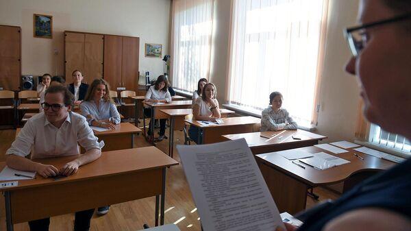 Ученики в классе перед экзаменом