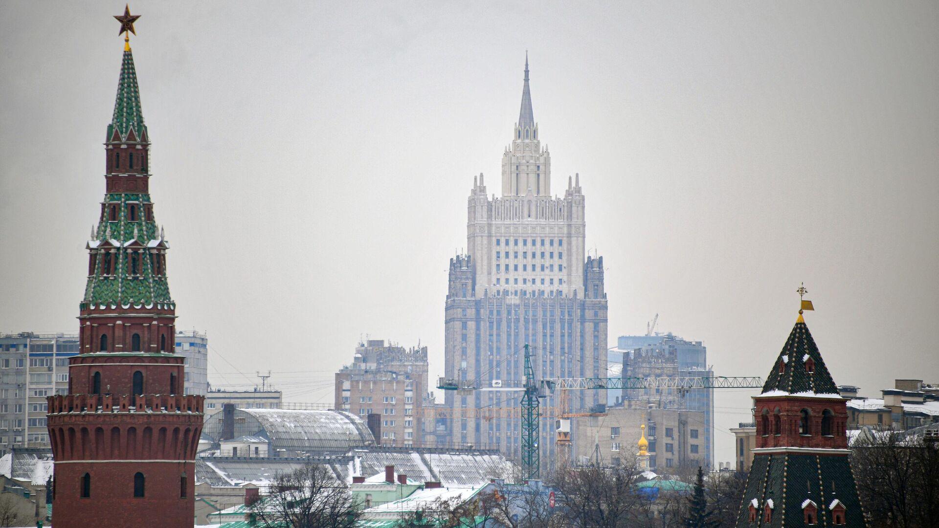 Вид на башни московского Кремля и здание МИД - РИА Новости, 1920, 11.02.2021