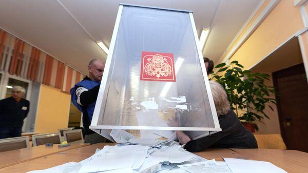 Выемка из урны для голосования заполненных избирательных бюллетеней