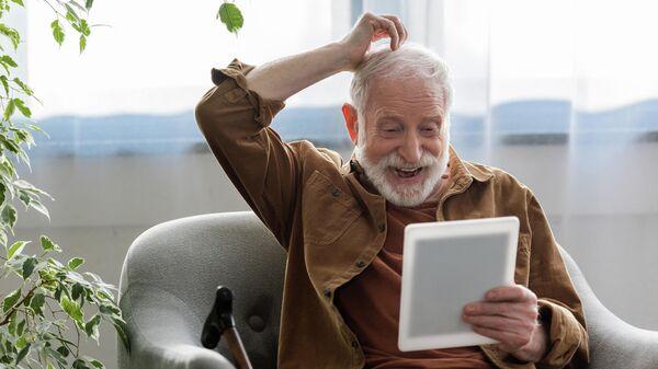 Мужчина смотрит в планшет