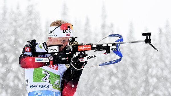 Йоханнес Бё (Норвегия) на огневом рубеже смешанной эстафеты на чемпионате мира по биатлону в словенской Поклюке.