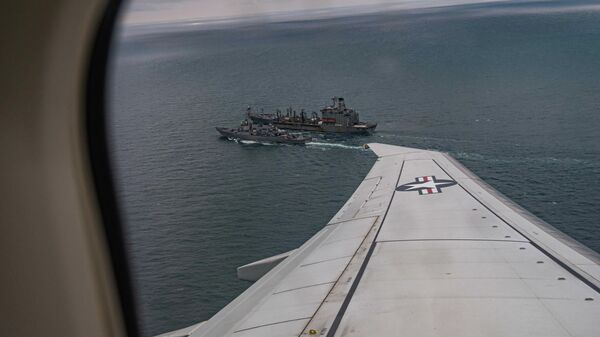 Эсминец ВМС США Портер во время дозаправки в Черном море