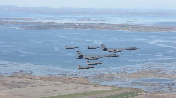 Американские стратегические бомбардировщики B-1B Lancer в сопровождении истребителей F-35 ВВС Норвегии