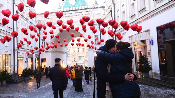 Прохожие на Третьяковском проезде в Москве, украшенном ко Дню святого Валентина