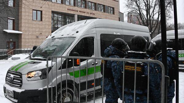 Сотрудники Федеральной службы служебных приставов у здания Бабушкинского районного суда, где состоится заседание по делу Алексея Навального