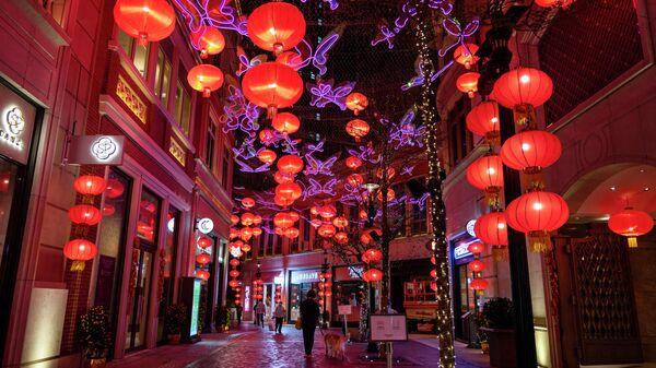 Сотни красных фонарей над проспектом Ли Тунг во время подготовки к предстоящему Китайскому Новому году в Гонконге