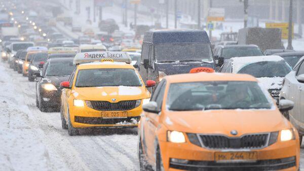 Автомобильное движение по Крымскому мосту во время снегопада в Москве