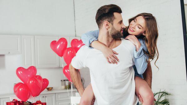 Парень и девушка отмечают День святого Валентина