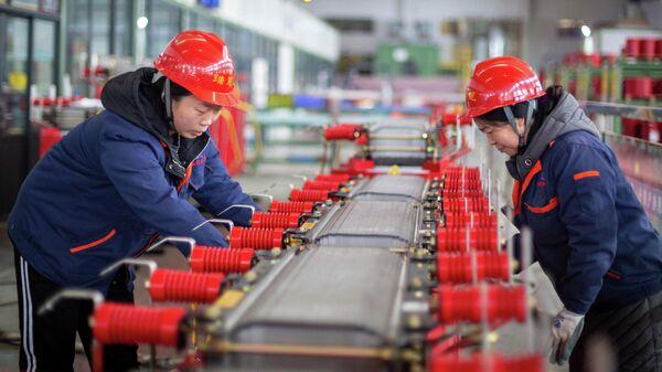 Сотрудники завода по производству электротехники в Хайане