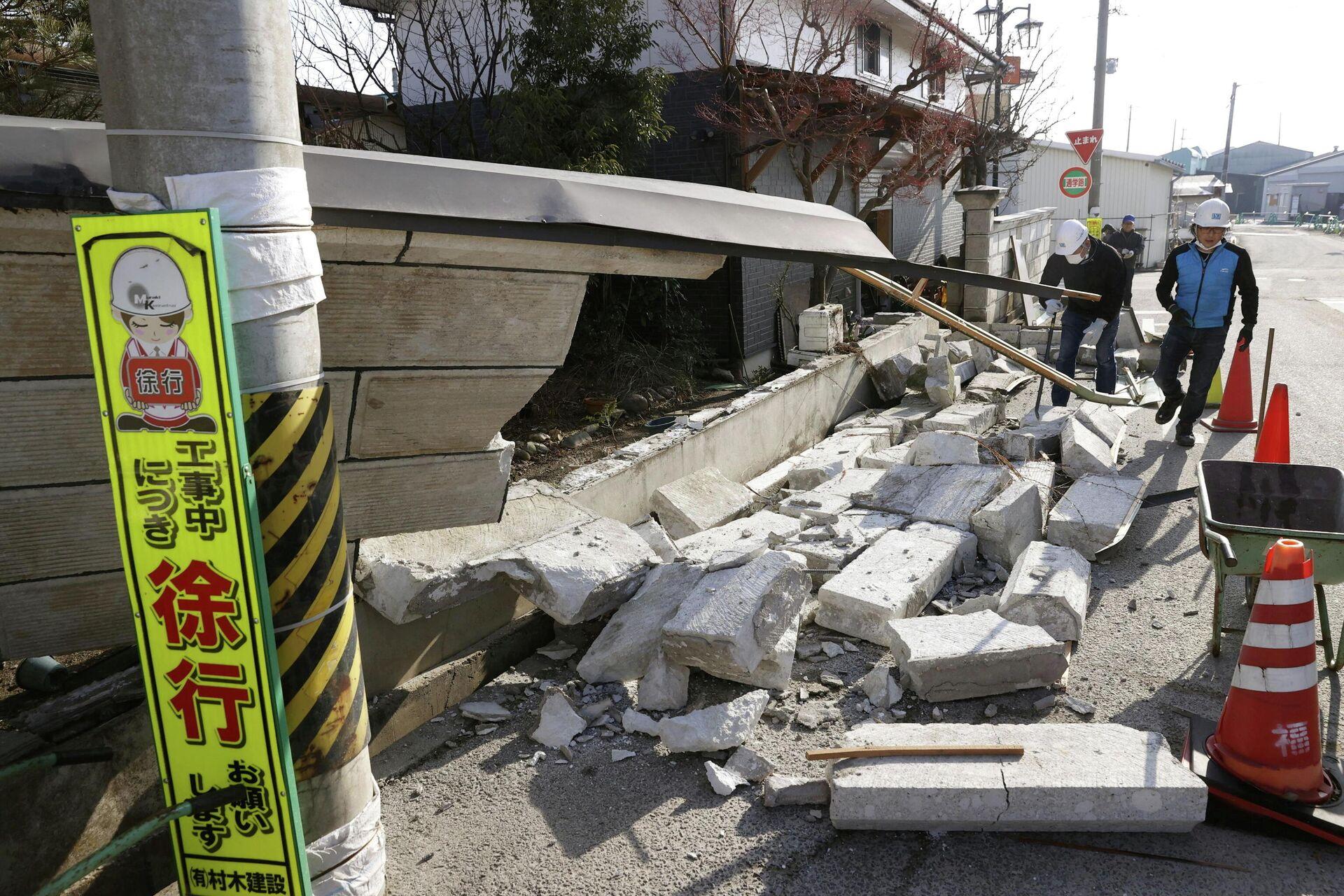 Обрушенная стена в результате сильного землетрясения в префектуре Фукусима, Япония. 14 февраля 2021 - РИА Новости, 1920, 10.03.2021