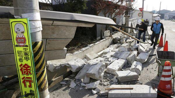 Обрушенная стена в результате сильного землетрясения в префектуре Фукусима, Япония. 14 февраля 2021