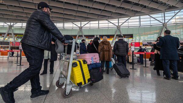 Пассажиры в Международном аэропорту Звартноц в Ереване
