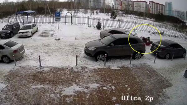Момент наезда на женщину с коляской в Новосибирске. Кадр с камеры видеонаблюдения