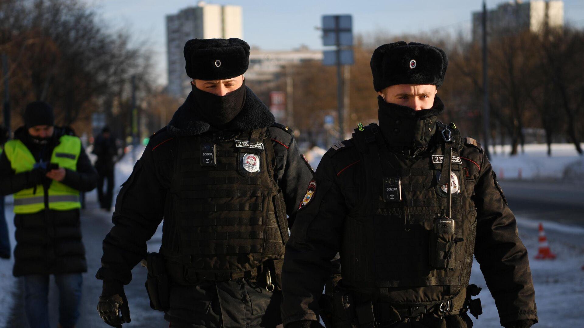 Сотрудники полиции у здания Бабушкинского районного суда, где состоится заседание по делу Алексея Навального - РИА Новости, 1920, 24.02.2021