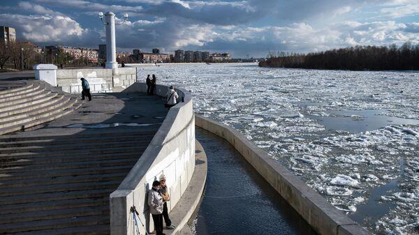 Прохожие на набережной во время ледохода на реке Иртыш в Омске