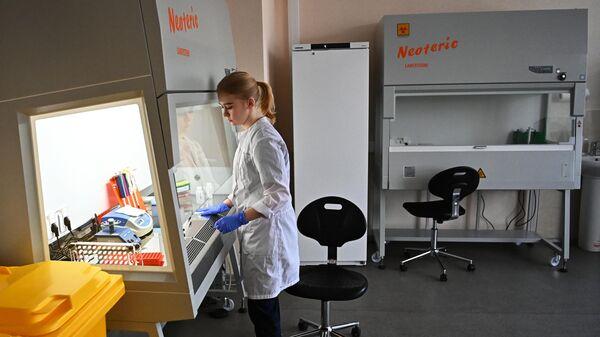 Сотрудница Центрального НИИ Эпидемиологии Роспотребнадзора в Москве, где разработана и зарегистрирована тест-система на выявление мутации коронавируса N501Y (британский штамм)