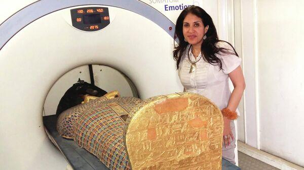 Компьютерную томографию мумии фараона Секененра Таа II проводит доктор Сахар Салим