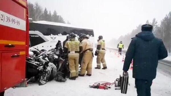 Последствия аварии с участием грузовика, лесовоза и рейсового автобуса на трассе Вилюй в Иркутской области
