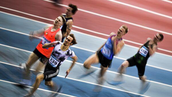 Спортсмены во время соревнований в беге на дистанции 400 метров на чемпионате России по легкой атлетике в помещении в Москве.