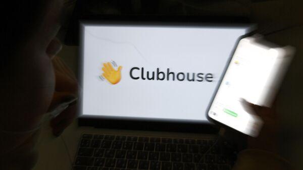 Приложение Clubhouse на экране смартфона
