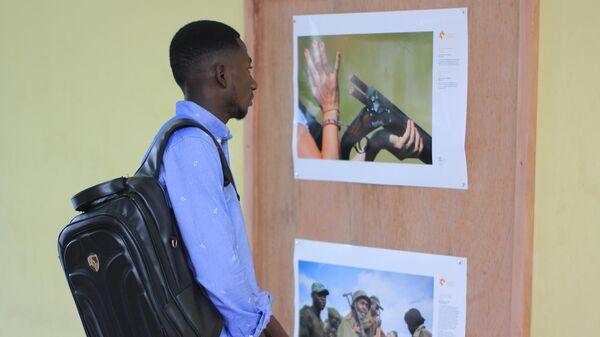 Посетитель на выставке победителей Международного конкурса фотожурналистики имени Андрея Стенина в Киншасе