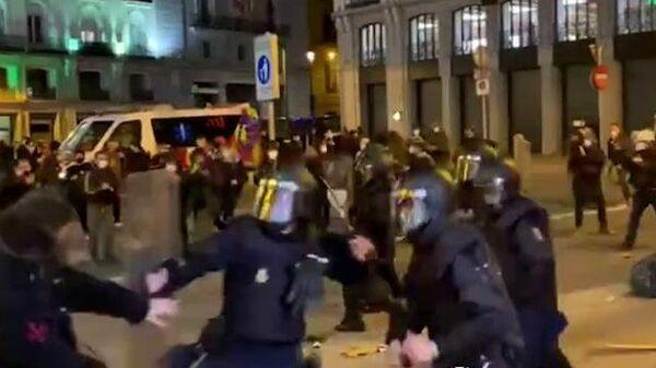 Полиция дубинками разгоняет протестующих в Мадриде