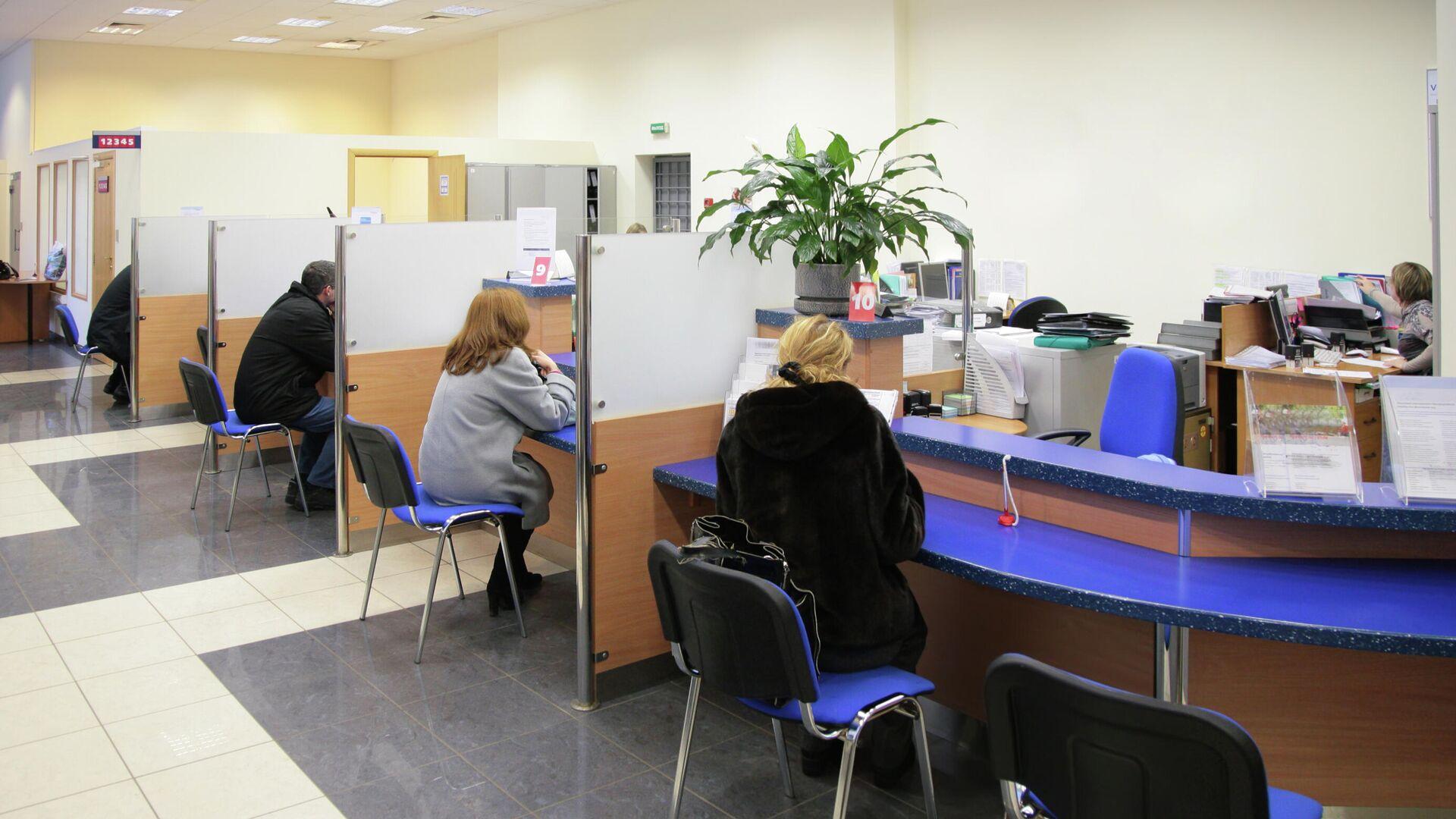 Посетители в отделении банка - РИА Новости, 1920, 07.04.2021