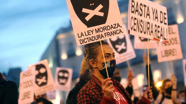 Участники акции протеста в поддержку рэпера Пабло Аселя, приговоренного к девяти месяцам заключения за оскорбление монархии и прославление леворадикального терроризма, на площади Пуэрта-дель-Соль в Мадриде