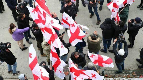 Сторонники лидера оппозиционной партии Грузии Единое национальное движение (ЕНД) Никанора Мелия