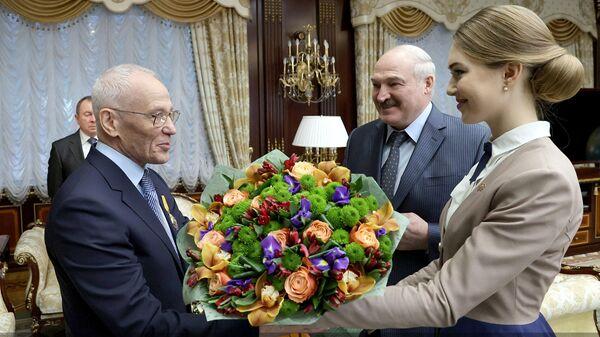 Президент Белоруссии Александр Лукашенко вручает государственному секретарю Союзного государства Григорию Рапоте орден Почета