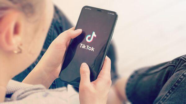 Телефон с приложением TikTok