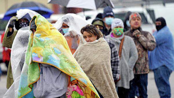 Местные жители в очереди за газом в Хьюстоне, штат Техас