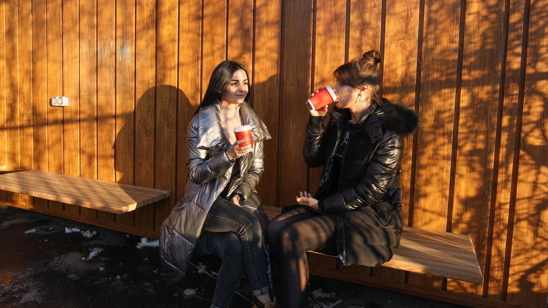 Девушки пьют кофе - РИА Новости, 1920, 28.07.2021