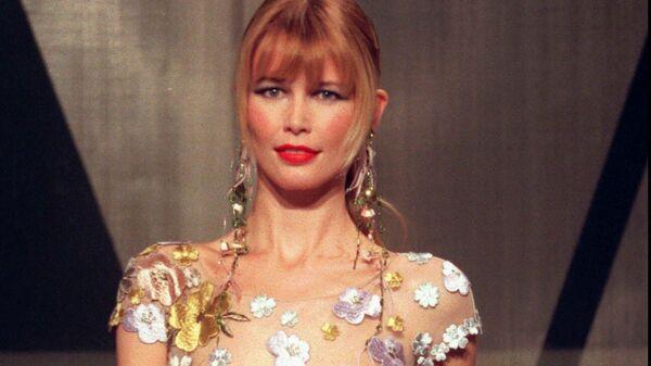 Модель Клаудия Шиффер на показе коллекции  Valentino в Париже, 1998 год