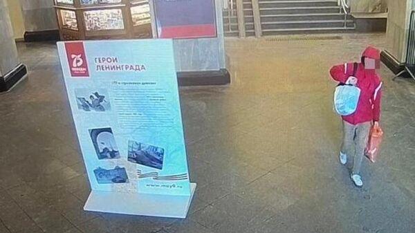 Подозреваемый в краже на Московском вокзале в Санкт-Петербурге. Кадр записи камеры видеонаблюдения