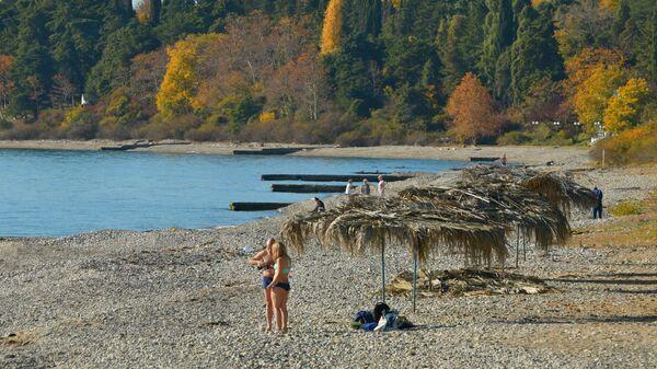 Отдыхающие на побережье Черного моря в Абхазии